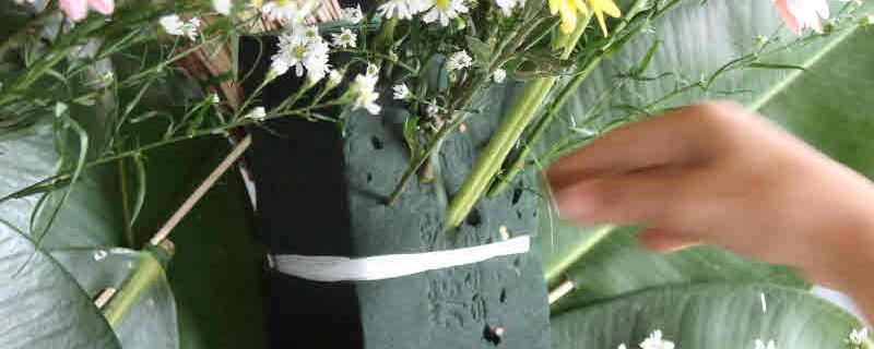 วิธีทำพวงหรีดดอกไม้สดกันเองง่ายๆ