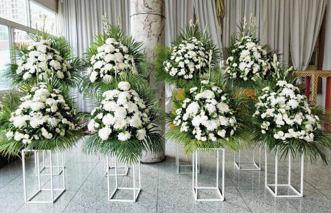 จัดดอกไม้หน้าหีบศพ โทนสีขาว จำนวน 5-7 กอ